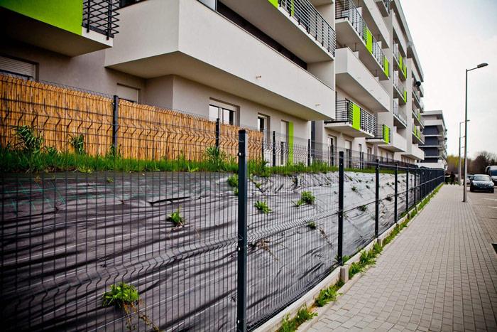 Montaż ogrodzenia panelowego na pochyłym terenie – 2 metody - ogrodzenia-europlot.pl