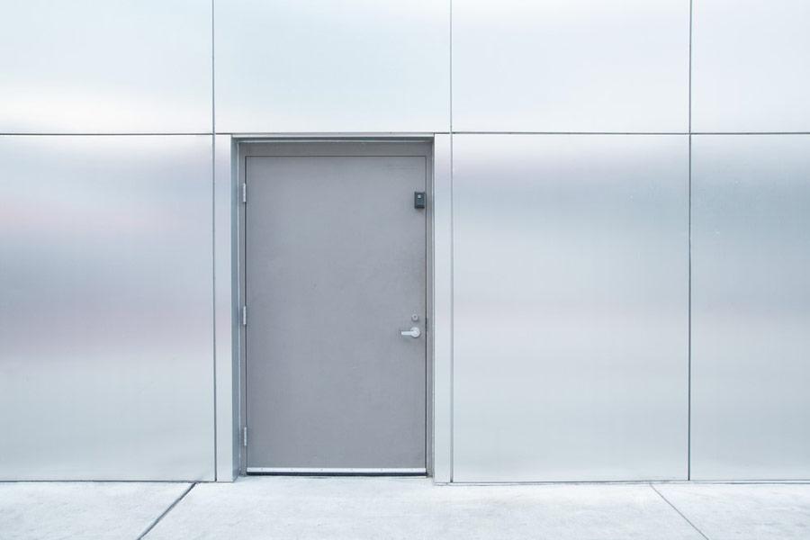 Drzwi płaszczowe – co to znaczy? Parametry i zastosowanie - ogrodzenia-europlot.pl