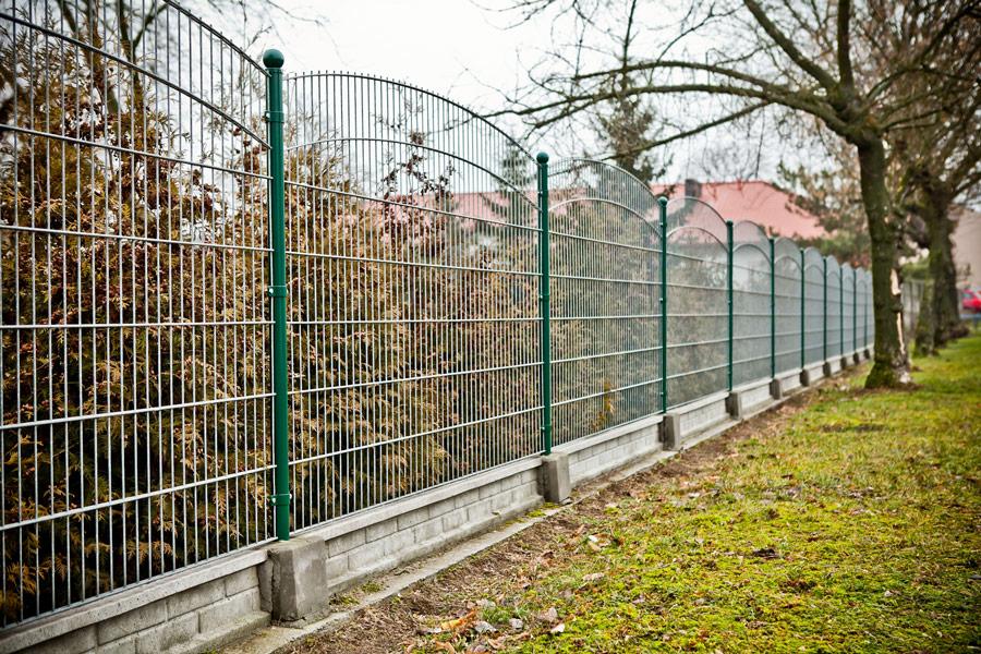 Słupki ogrodzeniowe metalowe – kwadratowe czy okrągłe? Które wybrać i jak osadzić - ogrodzenia-europlot.pl