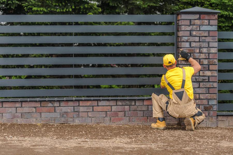 Koszt budowy ogrodzenia – płot panelowy vs palisadowy. Zestawienie - ogrodzenia-europlot.pl