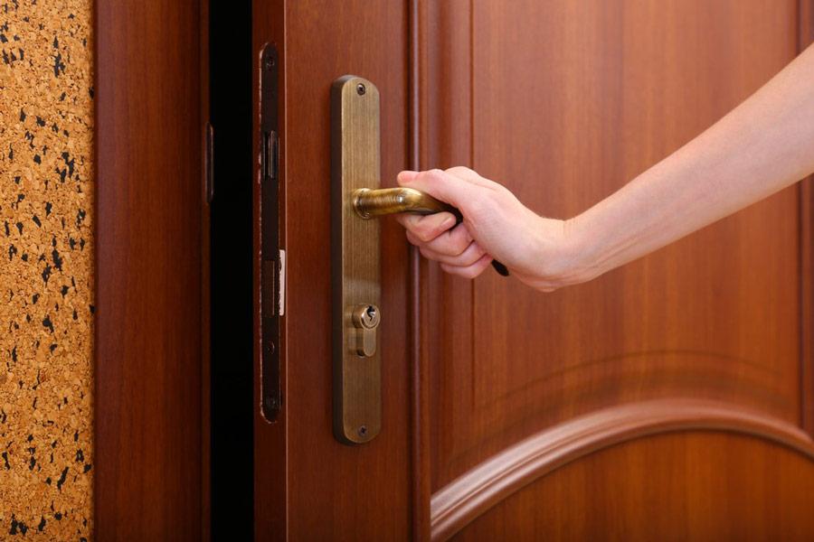 Jak zamontować zawiasy do drzwi zewnętrznych i jak je wyregulować? - ogrodzenia-europlot.pl